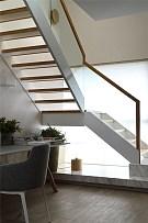 215㎡温馨现代跃层玻璃楼梯设计效果图