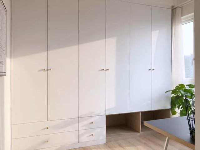 定制衣柜现在流行木+白色搭配 不容易过时